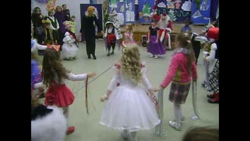 Новый год 2010 год. Школа Солнышко Я в белом платье с розочками красными