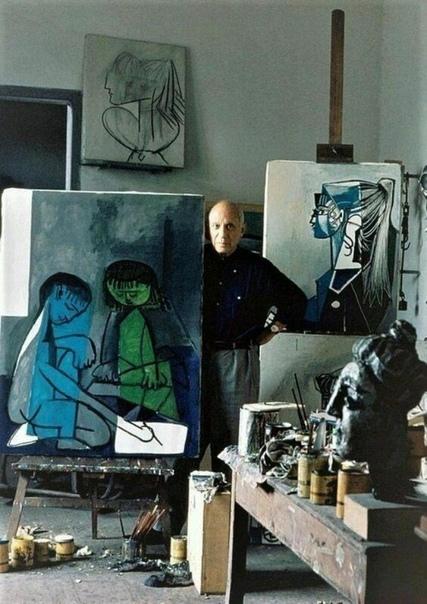 Художник Пабло Пикассо в мастерской.