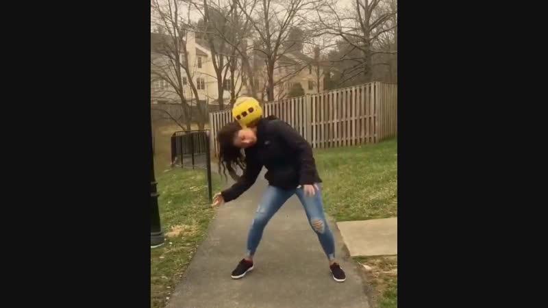 Девушка тоже умеет обращаться с мячом