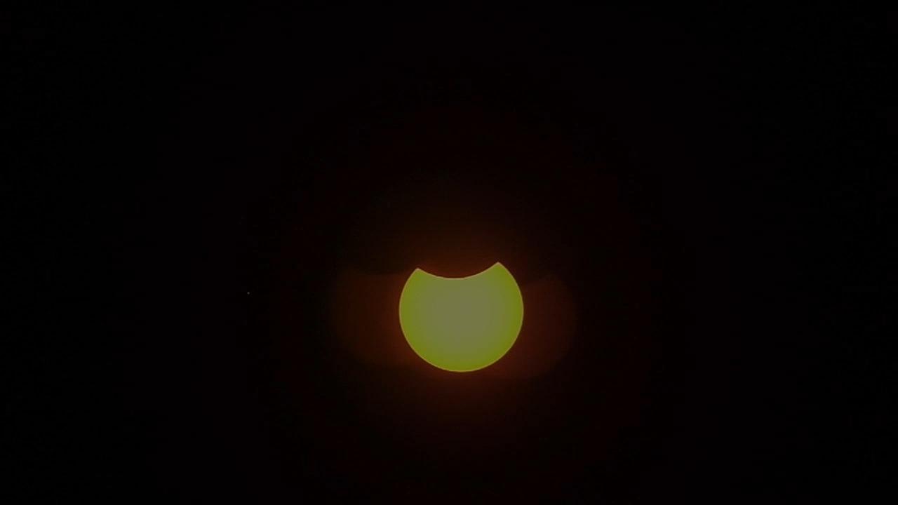 11 августа 2018 прошло новолуние и частное затмение Солнца, которое можно было наблюдать на севере и востоке России. Впрочем, самая лучшая видимость была для жителей приполярных широт северного полушария. Началось частичное затмение в 11:02 по Москве неподалёку от острова Лабрадор в Канаде, продолжилось над Гренландией и Исландией, а затем в Северной Европе. Уже в 11:40 по Москве, диск Луны появился над территорией России, видимость начиная с Мурманской области, затмение протекало в юго-восточном направлении — таким образом практически все жители России, кроме Чукотки, Камчатки и юго-западных территорий, могли наблюдать последние в этом 2018 году солнечное затмение. Максимальная фаза затмения произошла в 12:46 у острова Врангеля, затмение завершилось над Китаем в 14:31 по Москве. В Москве максимальную фазу можно было наблюдать в 12:36, сообщает Московский планетарий. В этом году это частное затмение Солнца является третьим и последним — предыдущие произошли 15 февраля и 13 июля. Стоит напомнить, что наблюдать затмение невооружённым глазом опасно для зрения — необходимы специальные средства защиты. Видимое затмение из Тюмени, time lapse ускоренное видео. Максимальное затмение на территории России в Арктике составило68%.