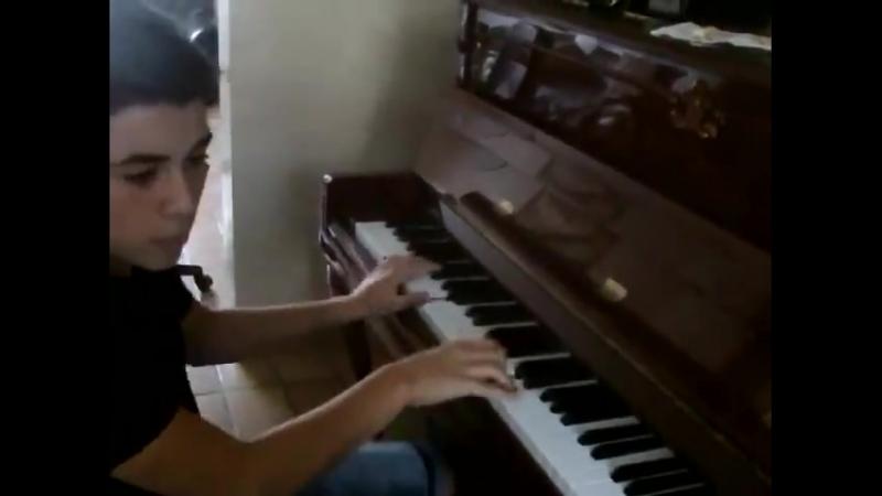 А что ты играешь мальчик?Да так,просто колбашу по клавишам!А лабает очень даже некисло!