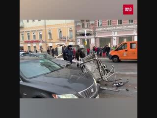 В Москве на проезжую часть упал автокран