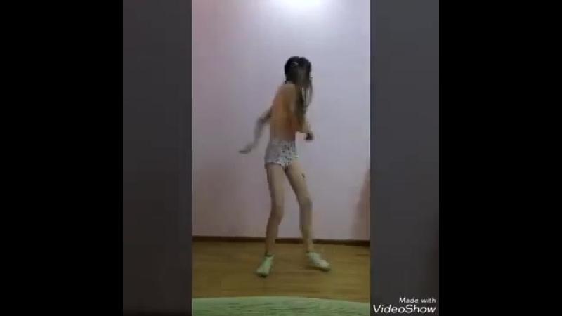 Танец девочки в образе Харли Квинн.