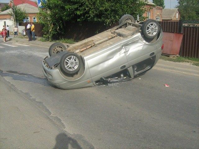 В Чалтыре в результате столкновения перевернулся Daewoo Matiz, пострадали два человека