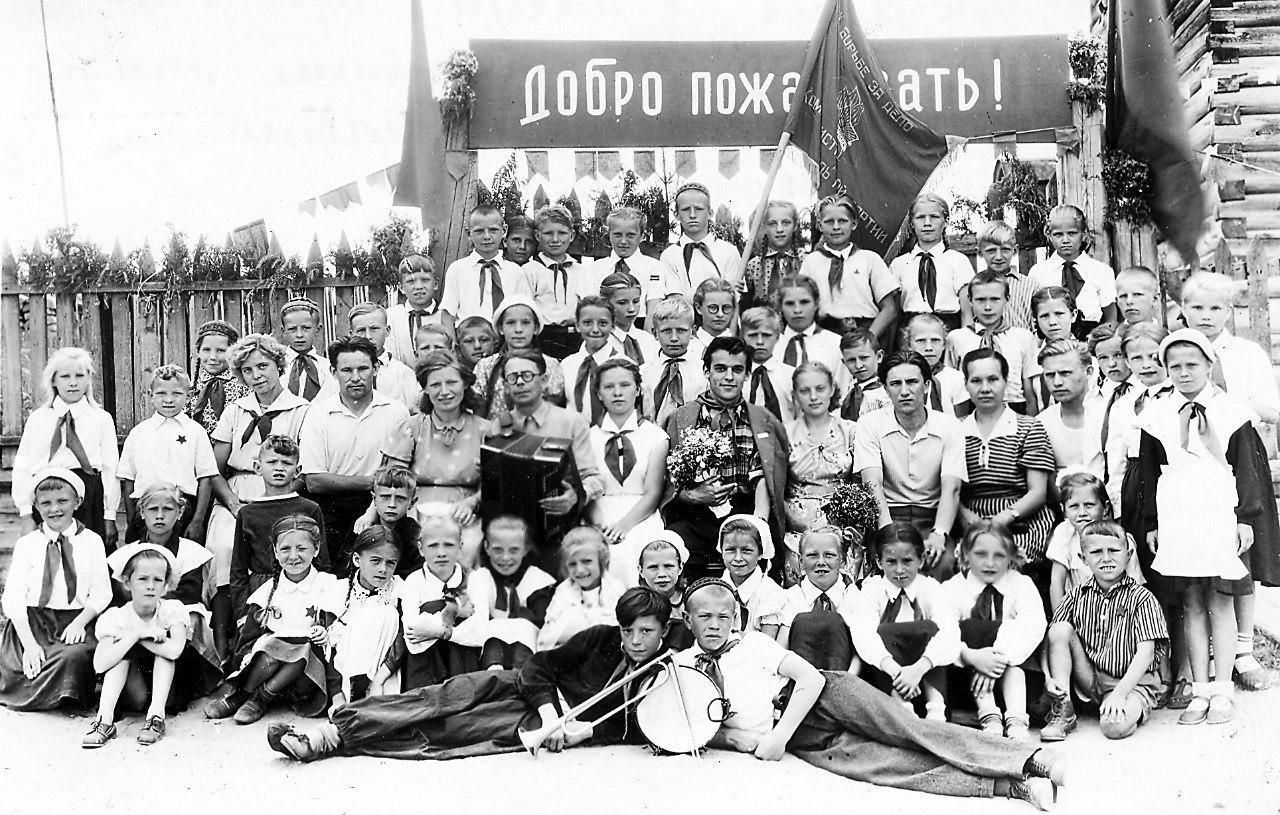 На открытии городского пионерского лагеря 4 июля  1958 года встреча с артистом Вячеславом Тимофеевым.