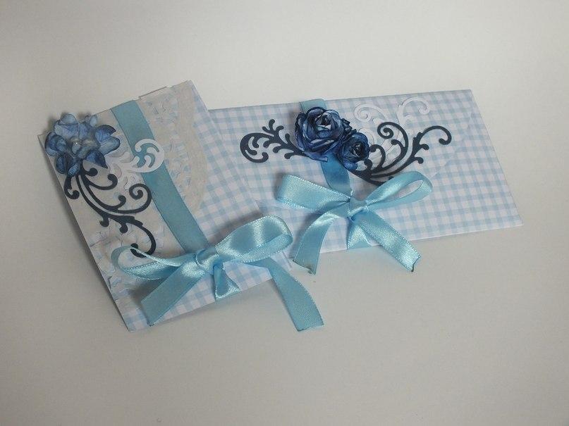 Получившийся конверт я украсила цветочками и вырубкой, а из остатков картона я сделала маленькую открыточку для поздравлений, вот получилось как-то так:)