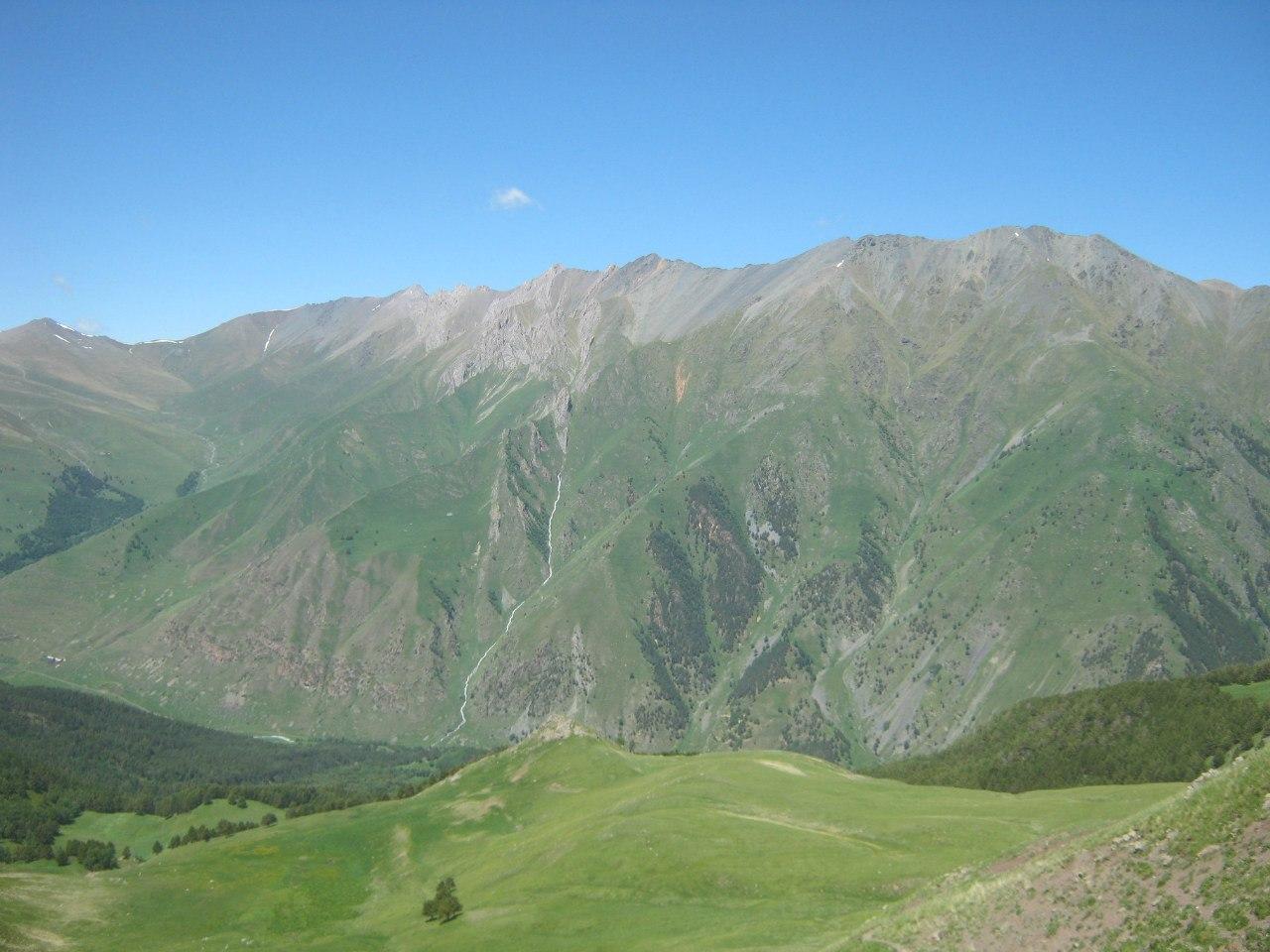 Вид на перевал Эпчик и родник Аксу