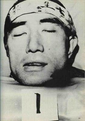 Голова Юкио Мисимы «В 1970 году «последний японский самурай» Юкио Мисима решил совершить сэппуку, а исполнять обязанности кайсяку он пригласил двадцатипятилетнего Масакатцу Морита. Морита не