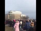 Астраханцы запустили в небо сотни белых шаров в память о жертвах трагедии в Кемерово
