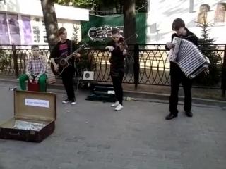 Ребята сыграли песню Виктора Цоя на скрипке, гитаре, аккордеоне и барабане ( Группа крови )