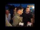 офицер рф покрывает захвативших здание полиции боевиков..mp4