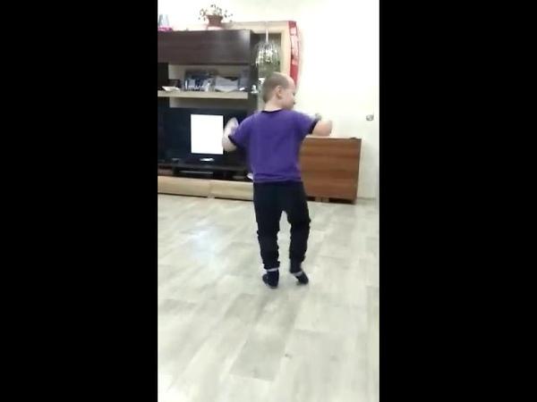 Пацан зажигает!)) Татарский танец от души!
