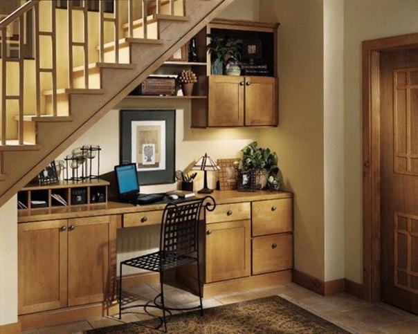 10 замечательных вариантов создания функциональной зоны под лестницей