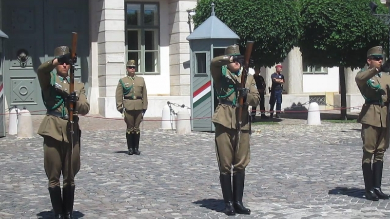 Смена почётного караула у президентского дворца, Будапешт.