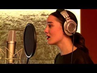 Фахрие Эвджен в студии поет песню
