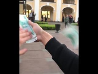 Неизвестный в маске выбросил из окна Бентли тысячные купюры на Невском проспекте