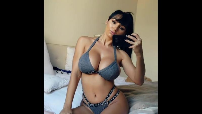 Грудастая брюнека красуется (порно, porno, sex, секс, эротика, попка, booty, anal, анал, сиськи, титьки, boobs, brazzers)
