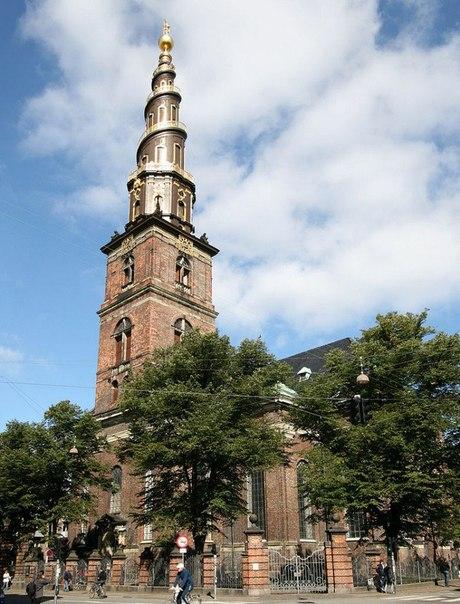 Барочная церковь Вор-Фрельсерс Кирхе (в переводе с датского – Церковь Спасителя) была построена в Копенгагене, в районе Кристиансхавн, в период 1682-1696гг. по распоряжению датского короля Кристиана IV.