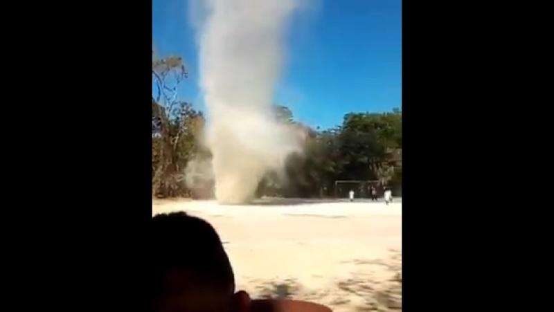 Огромный пыльный дьявол на футбольном поле. Сальвадор. Diablo de Polvo San Miguel