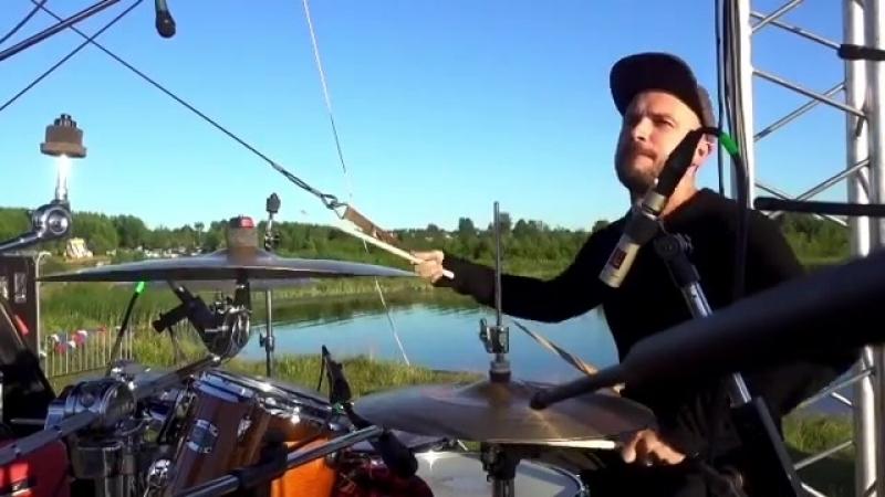 Барабанщик Alex Bityutskih (Sasha Bit) исполнил кавер на песню «Сука любовь» Михея. (2018 г.) (видео)