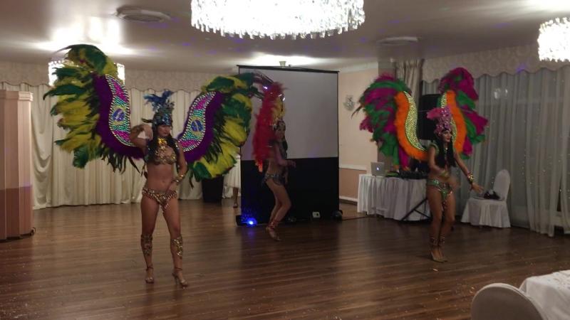 Латиноамериканское шоу *Crazy samba* и шикарные перьевые костюмы