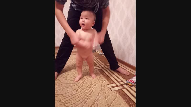Бакдаулет танцует голый