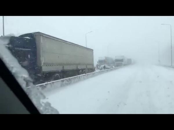 В Ростове на Дону выпал первый снег. Снегопад спровоцировал крупную аварию на трассе М4 Дон