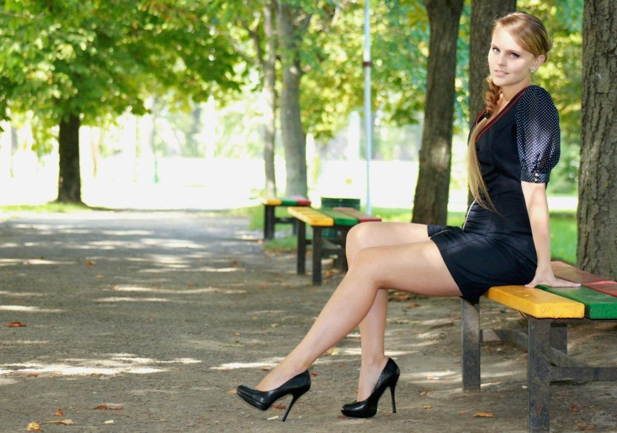 Девушка в темно-синем платье в черных туфлях