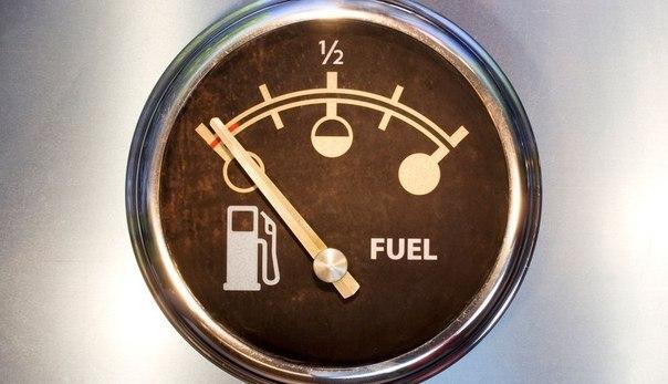 Что делать, если бензин на нуле? Простой хитрый совет. Если уровень бензина упал до нуля и машина заглохла, есть способ дотянуть до ближайшей заправки, не толкая автомобиль. Обычно, когда машина глохнет, в бензобаке остается ещё 3-4 литра бензина. Однако насос уже не может дотянуться до этого уровня. Возьмите резиновый шарик или плотный полиэтиленовый пакет и залейте в него около литра любой жидкости. К концу пакета привяжите прочную веревку. Очень аккуратно опустите сооружение в бачок,…