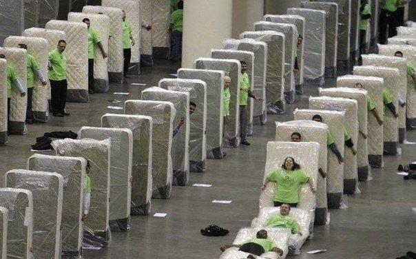 Вот так развлекаются сотрудники на заводе по производству матрацев 😊