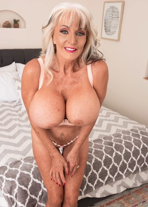 Porno videos Sexy blonde MILF bride photoshoot