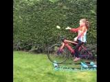 9 летняя девочка крутит велостанок