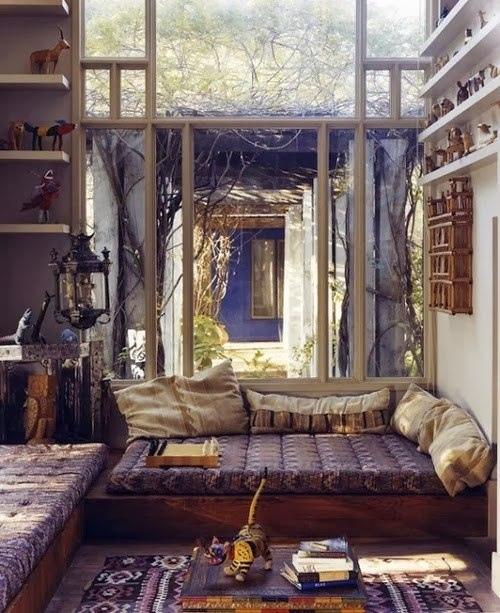 Уютное пространство возле окна
