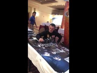 Мераб Двалишвили подписывает постеры