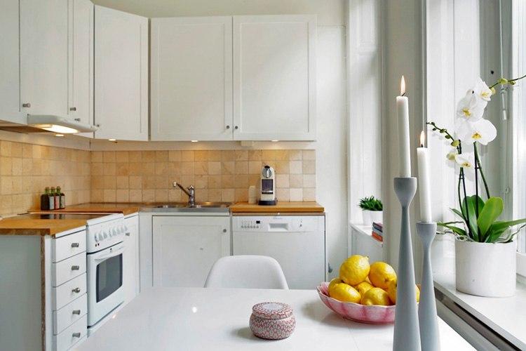 Квартира-студия 24 м в Европе с нарядным старинным камином и ТВ-зоной в нише.