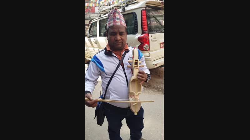Продавец непальской скрипки