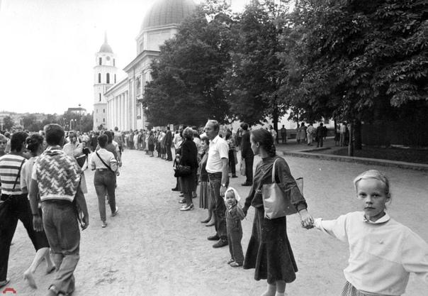 Акция Балтийский путь в Вильнюсе. Она была приурочена к 50-летию подписания пакта Молотова-Риббентропа. Всего в ней приняли участие до 2 миллионов жителей балтийских республик СССР. Живая цепь