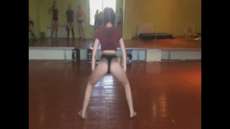 Занятия в группе REGGAETON TWERK. Школа танцев TRANCE DANCE.