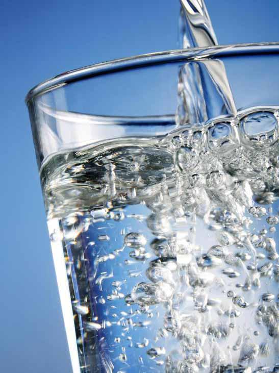 Питье большого количества воды помогает сохранить кожу здоровой.