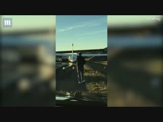 Мужик посадил самолет на шоссе и побежал поссать