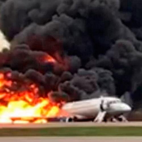 Минтранс подтвердил гибель бортпроводника при пожаре самолёта в Шереметьево. Его семье выплатят пять миллионов рублей