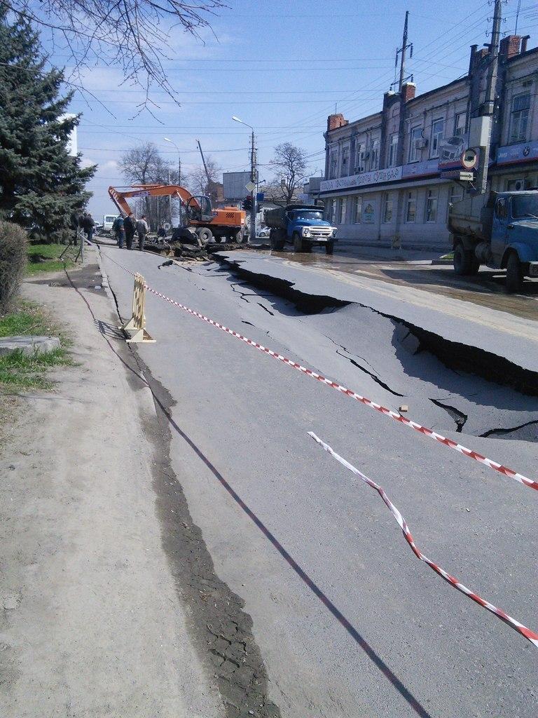 провал асфальта в переулке Смирновский