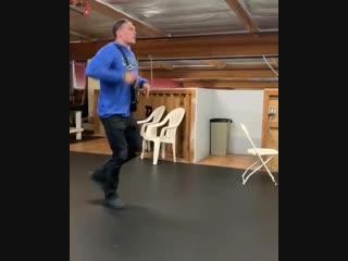 Усик качает под песню «Пустите меня на танцпол»