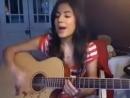 Девушка очень красиво поет под гитару