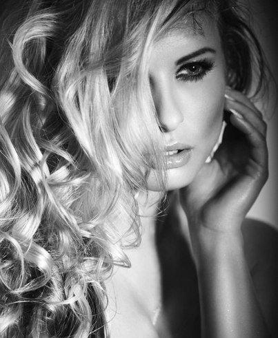 Она в сети и он в сети… Она молчит и он молчит… А сердце в ритме страсти, так бешено стучит… Кому она там пишет? Кому же пишет он? Она лишь им и дышит и он в нее влюблен… И только лишь обида растет день ото дня… Молчит не нужен видно… Не пишет не нужна… Ведем себя, как дети, теряя день за днем! И тонем в интернете, как будто легче в нем..