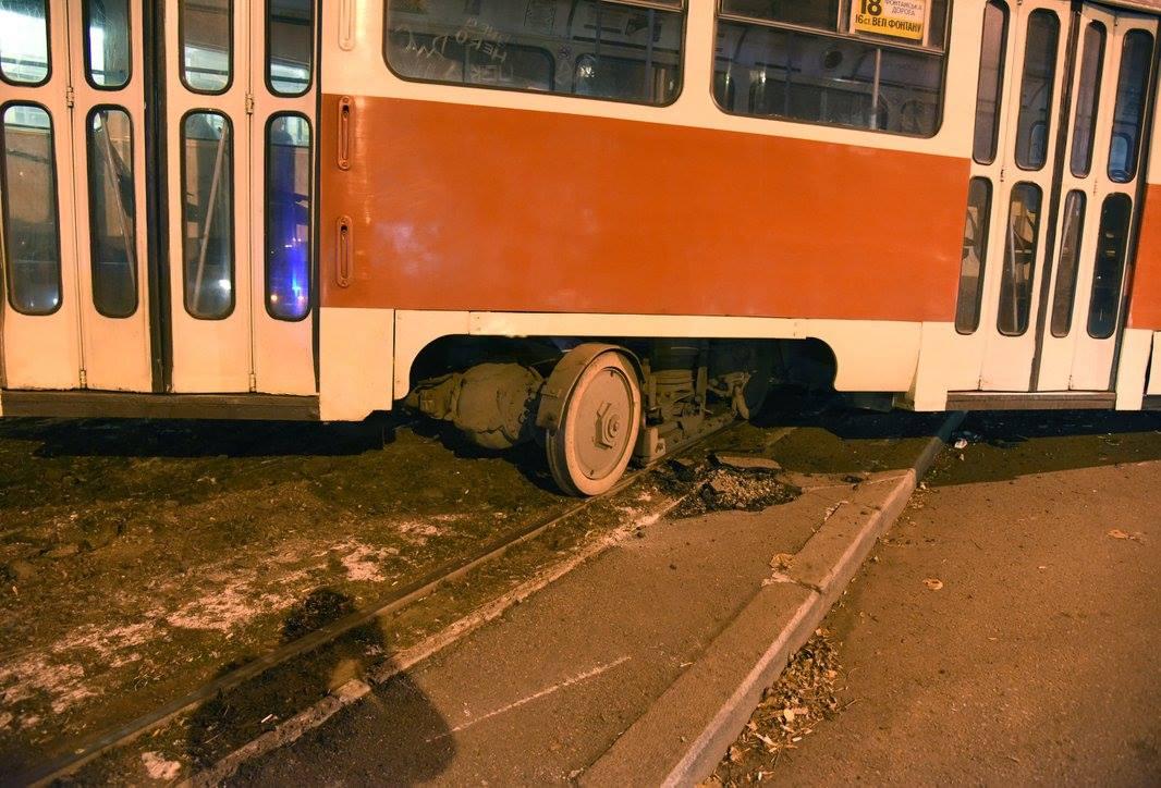 В Лисичанске неисправный троллейбус сошел с рельс