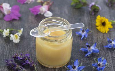Медовая маска для лица для сухой кожи 1 чайная ложка пюре из авокадо. 1 чайная ложка простого цельного молочного йогурта. 1 чайная ложка сырого меда.