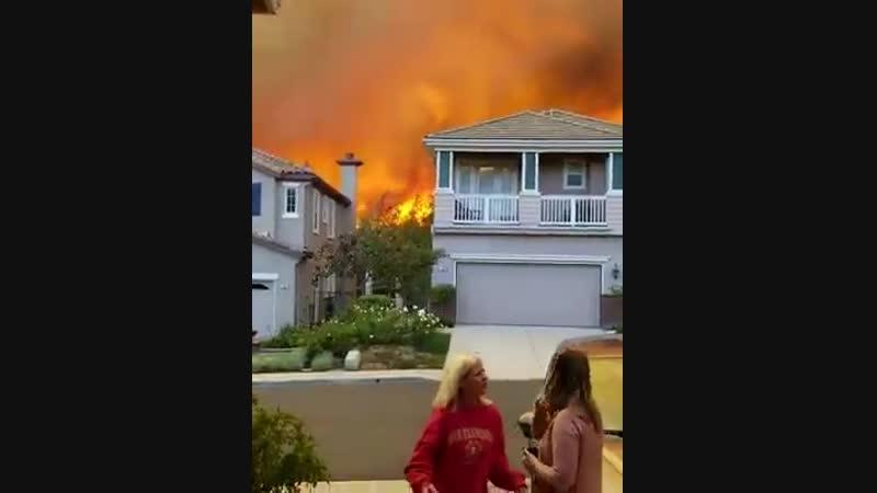 Экстренная эвакуация из города Таузанд-Окс (Калифорния, 9 ноября 2018).