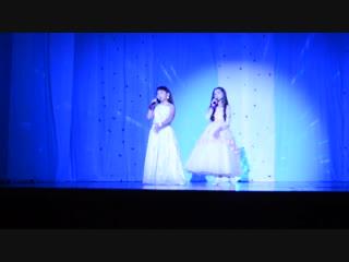 Яна и Зарина на концерте посвященный Дню матери