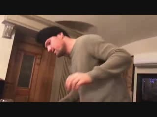 Данила Козловский танцует в ресторане